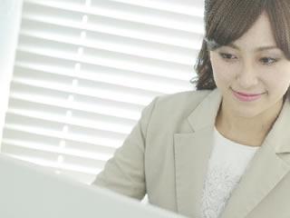 パソコンを使い申請書を出す女性