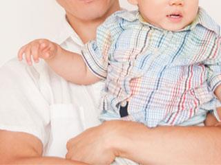 赤ちゃんを抱きかかえる父親