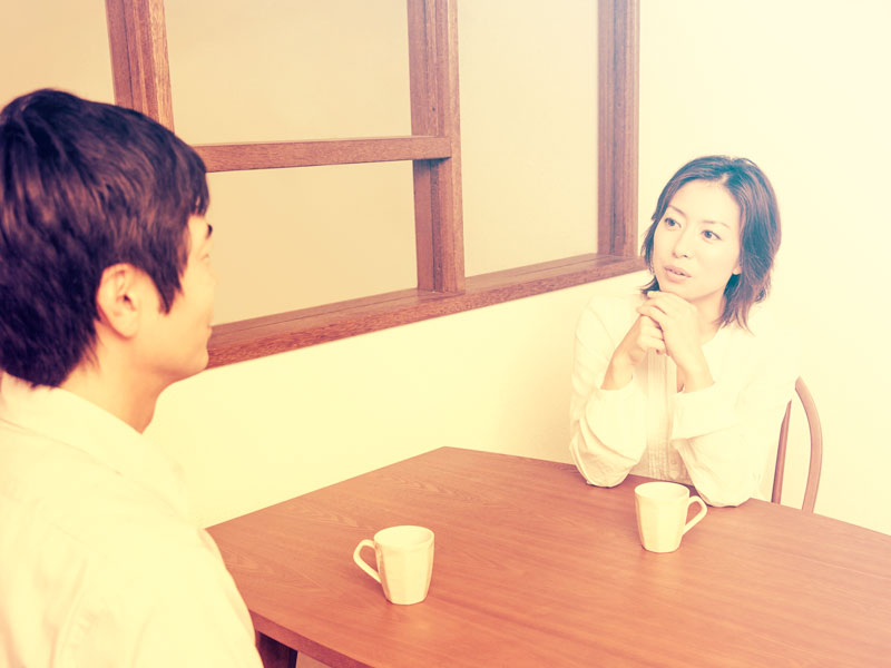 会話をしている夫婦
