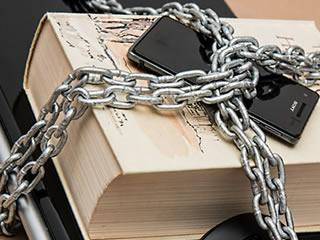 アナログな鎖で守られた本