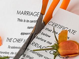 ハサミで切られた結婚の契約書
