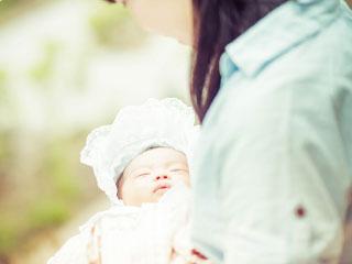 赤ちゃんを抱いた母