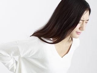 腰痛で顔をしかめるっ女性