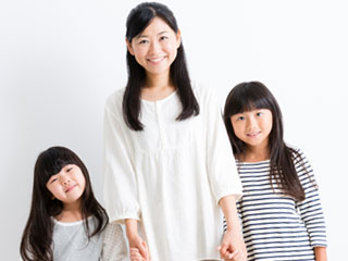 娘二人と母親が並んで立つ