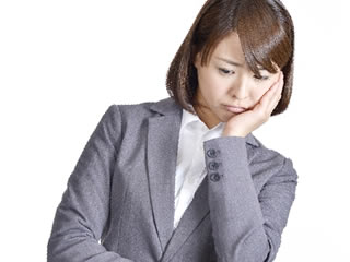 調停離婚の慰謝料について悩む女性