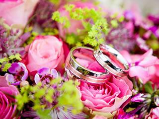 花束に囲まれた幸せを象徴するペアリング