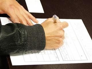 借用書の連帯保証人に妻の名を書く男性