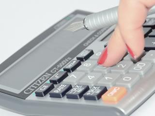 離婚後の生活費を計算中の離婚したい妻