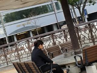 一人オープンカフェでお茶する離婚の傷跡が残る女性