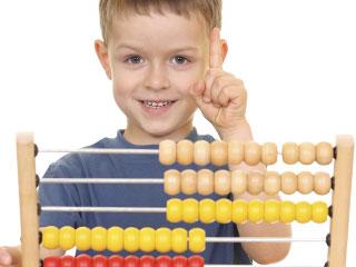 計算玩具で遊ぶ子供