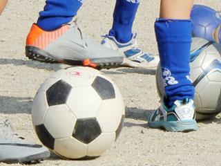 サッカーの練習をする子供