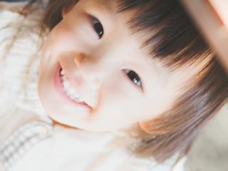 写真撮影するモデルの子供