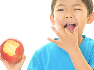 りんごを食べる男の子