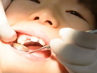 歯医者さんで歯を診てもらう子供