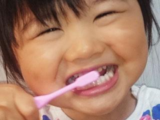歯みがきする女の子