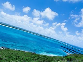 沖縄の透き通るような青い海
