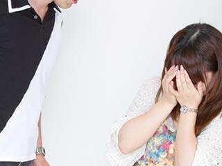 夫にDVやモラハラを受け泣く女性