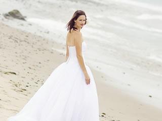 国際結婚後に離婚して海岸を歩く女性