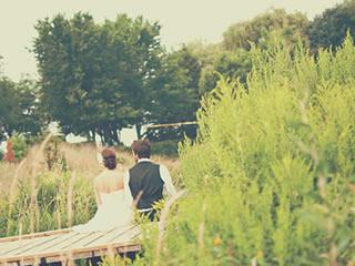 結婚式場を抜けだして桟橋で語り合う新婚カップル