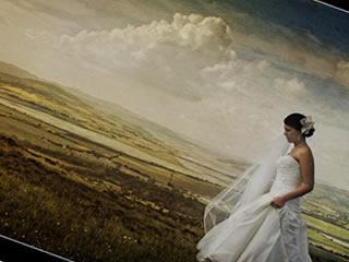 波打ち際を歩く離婚を切りだされた新婦