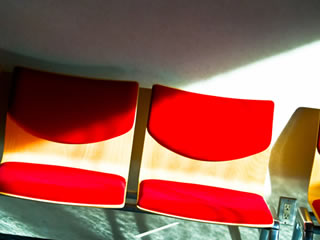 待合室に置かれた寂しげな椅子