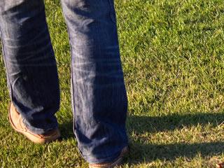 芝生の公園を歩く離婚直後の男性