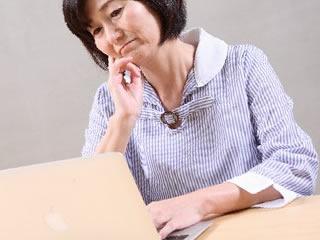 個人情報管理の勉強中の中年女性
