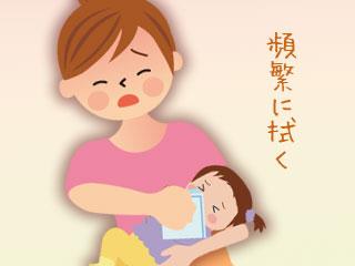 赤ちゃんの口元を拭く母親