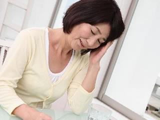 離婚の保証人を頼まれ頭が痛い女性