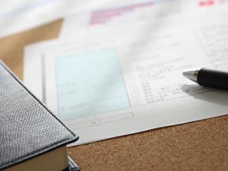 ビジネスに使う財布と書類に記入するボールペン