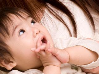 口を開けて見つめる赤ちゃん