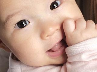 指を咥える赤ちゃん