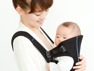 抱っこ紐で赤ちゃんをだっこする母親