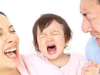 泣く赤ちゃんとパパとママ