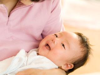 抱っこした赤ちゃんをあやす母親