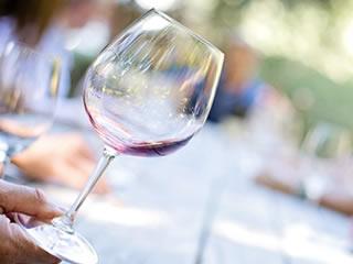 ワインを飲み干してグラスを傾ける男性