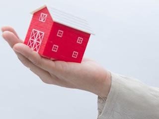 個人資産の戸建住宅を管理する男性