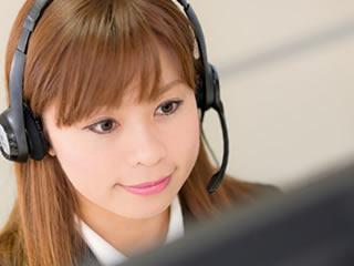 目的や概要を案内するコールセンターの女性