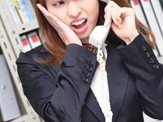 会社に副業がバレて人事に呼び出しをくらう女性