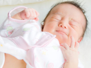 体を伸ばす赤ちゃん