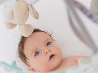 ラトルを目で追う赤ちゃん