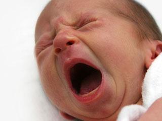 大きく口を開けて泣く赤ちゃん
