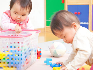 おもちゃで遊ぶ園児たち