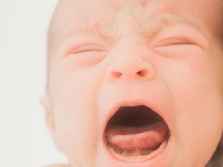 口を開けて引きつる赤ちゃん