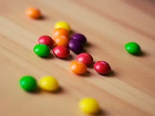 着色料が使われた丸いチョコレート