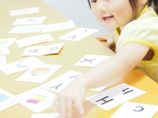 カードで英語の勉強をする幼稚園児