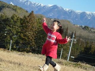 秋の公園で元気に駆けまわるシンママの子供