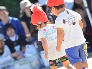 幼稚園の運動会に参加する子供の兄弟