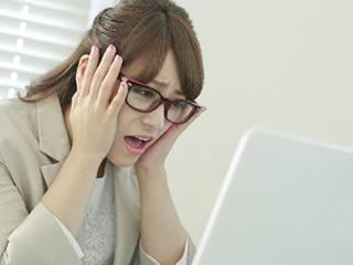 赤102号の危険性を知り愕然とするメガネの女性