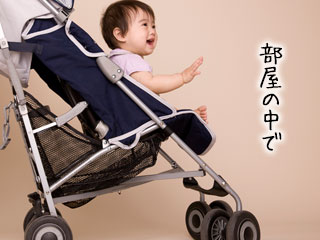 室内でベビーカーに乗る赤ちゃん